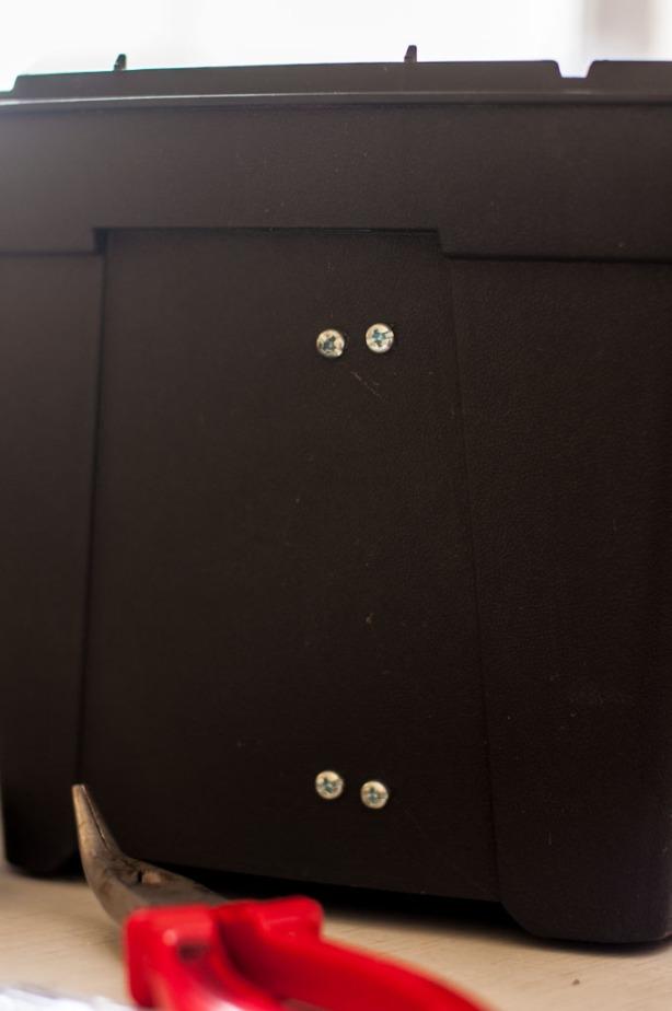 Įrankių dėžė su skyrių pertvaros varžteliais išorėje