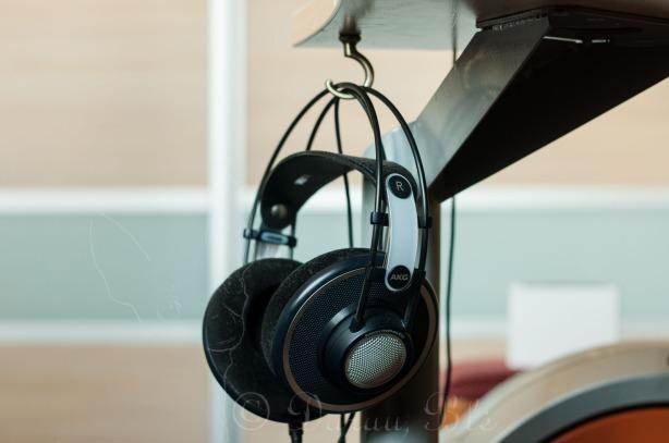 Po stalu ant kablio kabančios ausinės AKG K702 | Darau, blė